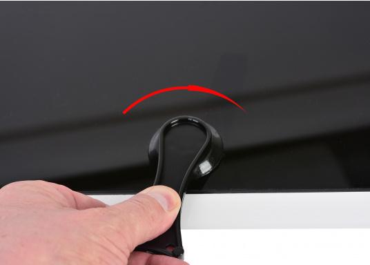 Decksluke gefertigt aus UV-beständigem, schlagfestem Kunststoff, mit RINA-Zulassung. Dank des Innenrahmens sind keine Verschraubungen sichtbar. Der stabile Aufstellarm sorgt dafür, dass die Luke in jeder Position geöffnet bleibt.  (Bild 8 von 9)