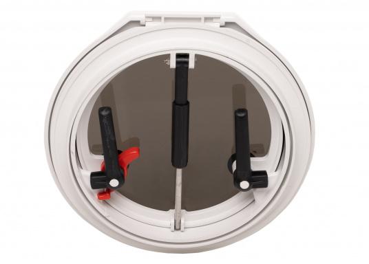 Luke gefertigt aus UV-beständigem PVC, mit RINA-Zulassung. Dank des Innenrahmens sind keine Verschraubungen sichtbar. Der stabile Aufstellarm sorgt dafür, dass die Luke in jeder Position geöffnet bleibt.  (Bild 2 von 5)