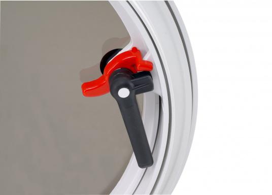Luke gefertigt aus UV-beständigem PVC, mit RINA-Zulassung. Dank des Innenrahmens sind keine Verschraubungen sichtbar. Der stabile Aufstellarm sorgt dafür, dass die Luke in jeder Position geöffnet bleibt.  (Bild 5 von 5)
