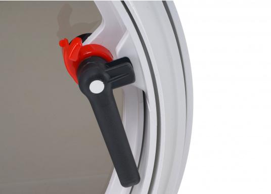 Luke gefertigt aus UV-beständigem PVC, mit RINA-Zulassung. Dank des Innenrahmens sind keine Verschraubungen sichtbar. Der stabile Aufstellarm sorgt dafür, dass die Luke in jeder Position geöffnet bleibt.  (Bild 4 von 5)