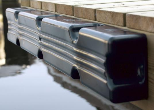 Ideale Fender für Anlege- und Schwimmstege in Schwarz. Befestigung mit 8 Schrauben. Gerade Ausführung, für das Abpolstern des Steges. Maße Pontonfender: 100 x 12 x 7 cm.  (Bild 3 von 3)