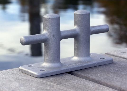 Doppel-Kreuzpoller gefertigt aus Aluminium. Lochabstand: 140 mm lange Seite, 40 mm kurze Seite. Loch-Ø 8 mm. Bruchlast: 3000 kg.  (Bild 2 von 3)