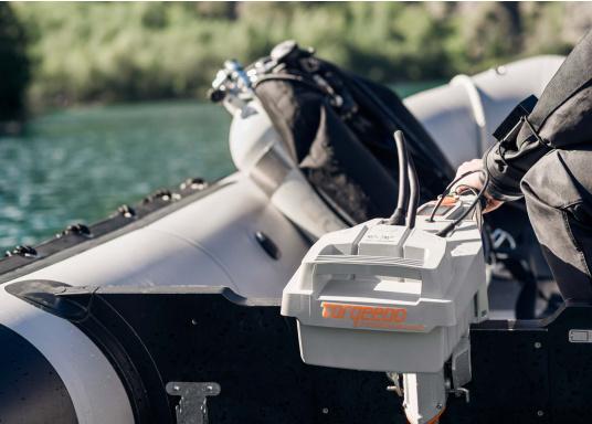 Der Torqeedo TRAVEL 503 S in der Kurzschaftversion wird mit über 500 Watt Eingangsleistung angeboten und ist in der Vortriebsleistung mit einem 1,5 PS Benzin-Außenborder vergleichbar.  (Bild 5 von 8)