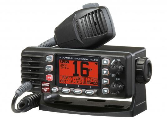 Kompaktes UKW Seefunkgerätmit Class D DSC Controller. Dank großem 31 x 55 mm Display und Icon geführten Menüpunkten ist das nach IPX 8 wasserdichte Funkgerät einfach in der Bedienbarkeit.