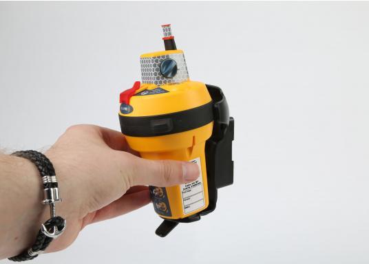 Die weltweit kompakteste EPIRB Seenotboje wird mit einer Wandhalterung für die Montage im Schiff geliefert und kann somit immer in Reichweite installiert werden. Mit integriertem 66-Kanal GPS-Empfänger.  (Bild 6 von 13)