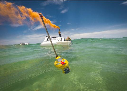 Die weltweit kompakteste EPIRB Seenotboje wird mit einer Wandhalterung für die Montage im Schiff geliefert und kann somit immer in Reichweite installiert werden. Mit integriertem 66-Kanal GPS-Empfänger.  (Bild 12 von 13)