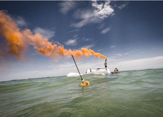 Die weltweit kompakteste EPIRB Seenotboje wird mit einer Wandhalterung für die Montage im Schiff geliefert und kann somit immer in Reichweite installiert werden. Mit integriertem 66-Kanal GPS-Empfänger.  (Bild 10 von 13)