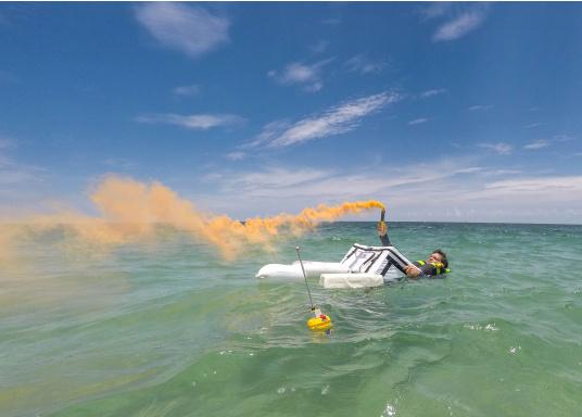 Die weltweit kompakteste EPIRB Seenotboje wird mit einer Wandhalterung für die Montage im Schiff geliefert und kann somit immer in Reichweite installiert werden. Mit integriertem 66-Kanal GPS-Empfänger.  (Bild 11 von 13)