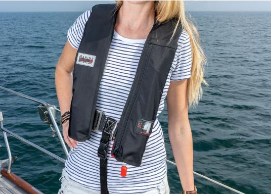 """Die Marinepool -RettungswesteISO RACER PLUS 180Nüberzeugte unter anderem im Praxis-Test der Zeitschrift """"Yacht"""" durch eine hochwertige Ausstattung und hohem Sicherheitsstandard.  (Bild 3 von 11)"""