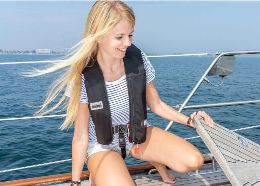 """Die Marinepool -RettungswesteISO RACER PLUS 180Nüberzeugte unter anderem im Praxis-Test der Zeitschrift """"Yacht"""" durch eine hochwertige Ausstattung und hohem Sicherheitsstandard.  (Bild 2 von 11)"""