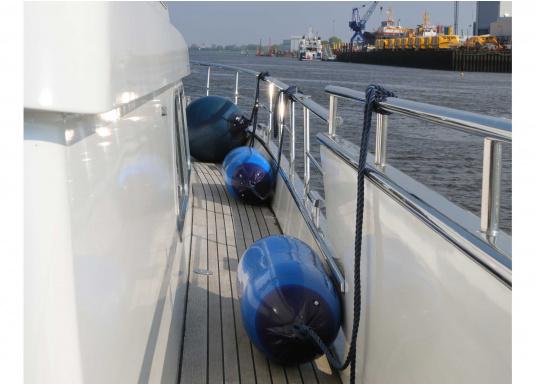 Zylindrische 2-Augen Langfender in blau für starke Beanspruchungen. Die beidseitig verstärkten Augen erlauben eine horizontale oder vertikale Nutzung. Einsatzbereiche: Sport-und Berufschifffahrt.  (Bild 3 von 3)