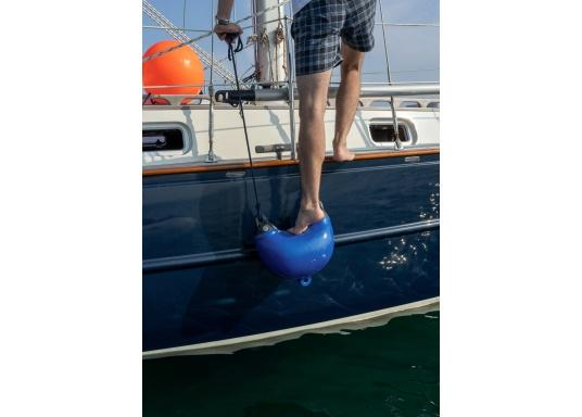 Fenderstep, eine wirklich pfiffige Idee. Ein als Stufe ausgebildeter Fender mit stabilen Augen zum Aufhängen an die Reling. Der Fenderstep dient Ihnen als Einstiegshilfe auf Ihr Schiff. (Bild 2 von 3)