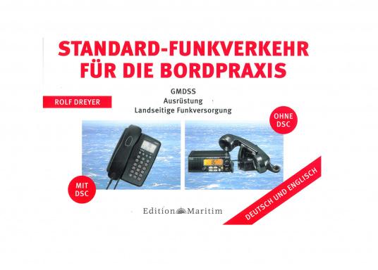 Vielen Skippern fällt der internationale Funkverkehr in Englisch schwer. Für das Weltweite Seenot- und Sicherheitsfunksystem GMDSS enthalten diese Tafeln gebräuchliche Dialoge bis hin zu Notmeldungen in Deutsch und Englisch.