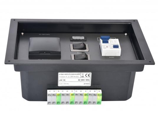 Landanschlusseinheit für Netzstromübernahme 230 Volt / 50 Hz. Netzanschluss innenliegend direkt an den Klemmen des eingebauten FI-Personenschutzschalters, Netzkontrolllampe und Netzschalters. (Bild 2 von 4)