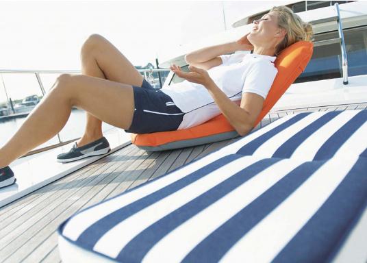 Mobiler Sitzkomfort an Bord, beim Camping, am Strand und im Garten. Der Comfort Seat bietet Sitzkomfort in 6 Positionen: vom aufrechten Sitzen bis zum entspannten Liegen. Erhältlich in Dunkelblau und Blau-Weiß gestreift. (Bild 4 von 7)