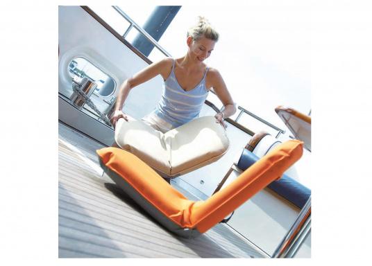 """Mobiler Sitzkomfort an Bord, beim Camping, im Garten und am Strand. Der Comfort Seat """"groß"""" bietet Sitzkomfort in 6 Postionen und eine längere Rückenlehne. (Bild 2 von 5)"""