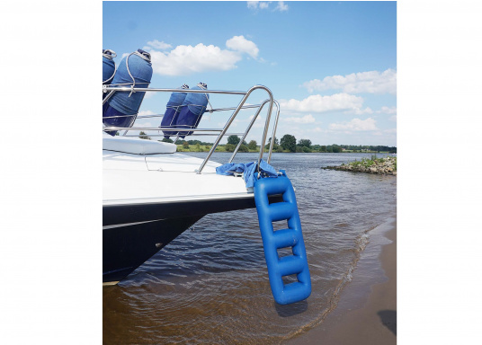 Clever combination for the marina! The stair fender protects the side of your Vessel and you can easily get onboard. Especially useful for yachts with high-boarding hulls. (Image 4 of 4)