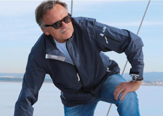 Die Crew Jacke ist der perfekte Allrounder, sowohl an Bord, wie auch als sportliche Freizeitjacke. Hergestellt aus wasserdichten 2-Punkt Material bietet sie gute Atmungsaktivität und Haltbarkeit. Die Nähte sind an kritischen Stellen abgeklebt und das Futter ist aus einem warmen, nicht pillendem Fleece. (Bild 3 von 4)