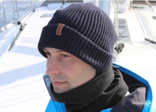 Diese gestrickte Gill Mütze ist besonders für kalte Wintertage an Bord und Land geeignet. Das traditionelle Strickmuster wärmt sogar wenn die Mütze nass ist. (Bild 3 von 3)