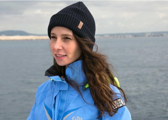 Diese gestrickte Gill Mütze ist besonders für kalte Wintertage an Bord und Land geeignet. Das traditionelle Strickmuster wärmt sogar wenn die Mütze nass ist. (Bild 2 von 3)