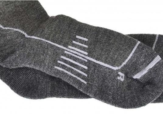 Diese stiefelhohen Strümpfe verbinden gepolsterten Komfort mit dem Feuchtigkeits-Management und der Geruchsunterbindung von dieser Wolle (Merinowolle).  (Bild 5 von 5)