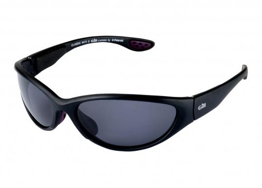 Alle Sonnenbrillen von Gill sind schwimmfähig. Ausgestattet mit integrierten Auftriebkörpern, UV-Schutz und 100% brennfreien, polarisierten Linsen sind sie speziell für die Bedingung auf dem Wasser konstruiert.