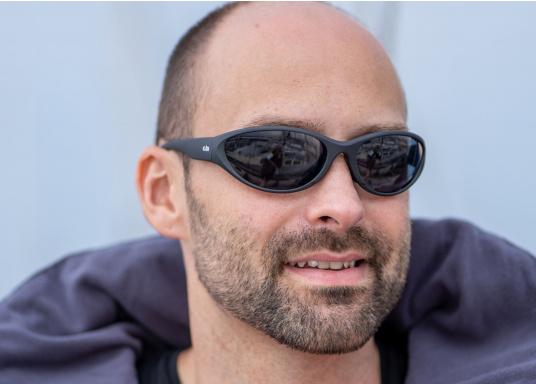 Alle Sonnenbrillen von Gill sind schwimmfähig. Ausgestattet mit integrierten Auftriebkörpern, UV-Schutz und 100% brennfreien, polarisierten Linsen sind sie speziell für die Bedingung auf dem Wasser konstruiert. (Bild 2 von 3)