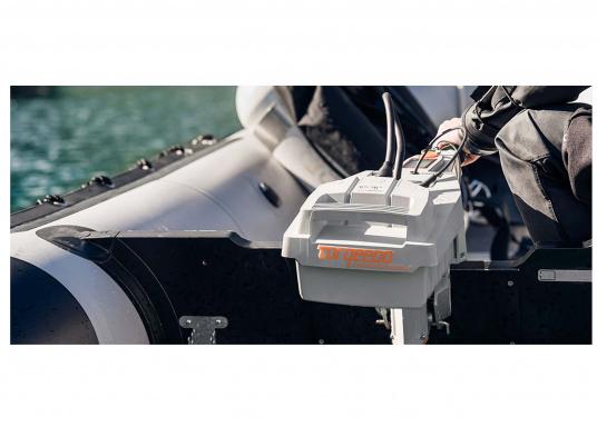 Der Torqeedo TRAVEL 503 L in der Langschaftversion wird mit über 500 Watt Eingangsleistung angeboten und ist in der Vortriebsleistung mit einem 1,5 PS Benzin - Außenborder vergleichbar.  (Bild 8 von 12)