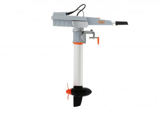 Der TRAVEL 1003 L ist ein Elektro-Außenbordermit über 1000 Watt Eingangsleistung. In der Vortriebsleistung ist er mit einem 3 PS Benzin-Außenboder vergleichbar.  (Bild 3 von 12)