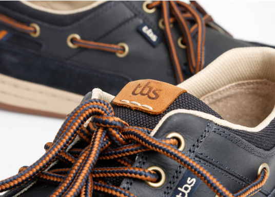 Particularly comfortable, sporty 3-eyelet boat shoe made from sea water resistant leather combined with canvas material. (Image 3 of 10)