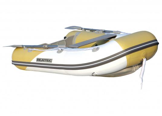 Dasneue SEATEC Schlauchboot AEROTEND 220 vereint alle Vorteile der Lattenbodenboote und Festrumpfschlauchboote in einem: stabiles, festes Unterwasserschiff, sehr gute Fahreigenschaften, geringes Gewicht und hohe Tragkraft.