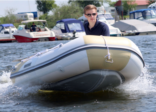The new SEATEC AEROTEND 260 yacht tender combines all the advantages of slatted bottom boats and rigid inflatable boats in to one: a stable hull, very good handling characteristics, low weight and high load capacity.  (Image 2 of 18)
