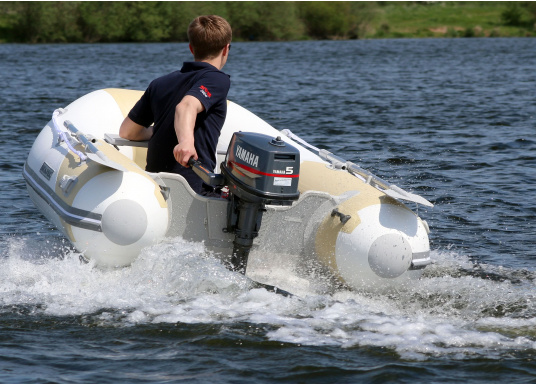The new SEATEC AEROTEND 260 yacht tender combines all the advantages of slatted bottom boats and rigid inflatable boats in to one: a stable hull, very good handling characteristics, low weight and high load capacity.  (Image 6 of 18)