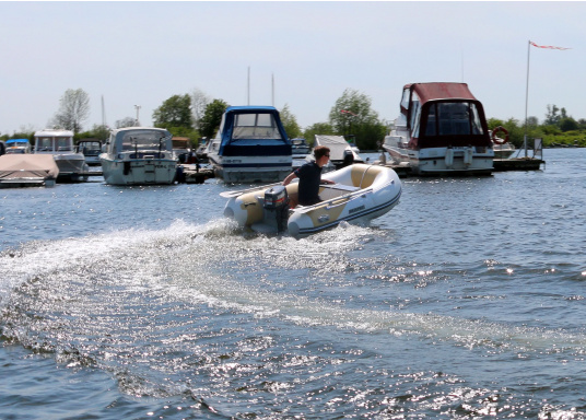 The new SEATEC AEROTEND 260 yacht tender combines all the advantages of slatted bottom boats and rigid inflatable boats in to one: a stable hull, very good handling characteristics, low weight and high load capacity.  (Image 8 of 18)