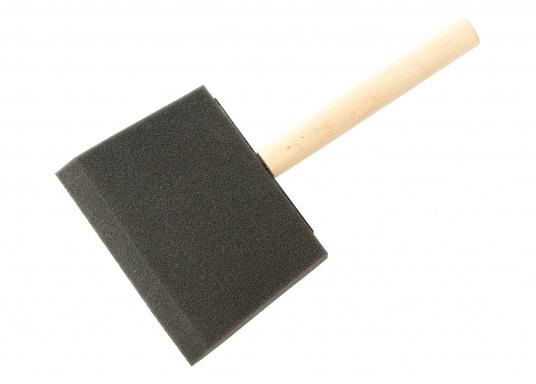 Schaumpinsel mit unbehandeltem Holzstiel zum Verschlichten von Lacken.