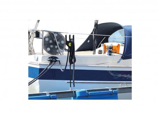 Dieser äußerst praktische Tauhalter wurde speziell für Bootshaken, Stege und Poller entworfen, um das Tau immer trocken und in griffbereiter Nähe zu halten. (Bild 3 von 3)