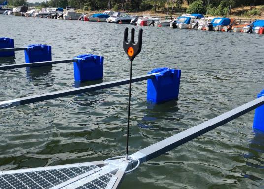 Dieser äußerst praktische Tauhalter wurde speziell für Bootshaken, Stege und Poller entworfen, um das Tau immer trocken und in griffbereiter Nähe zu halten.  (Bild 3 von 6)