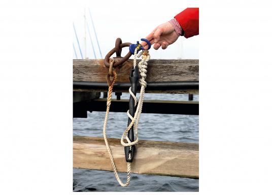 Kleiner Helfer: Magnetischer Tauhalter für Tauwerk- Ø 10-18 mm. Kann an allen Metallteilen befestigt werden und hält das Tau so über dem Wasser. (Bild 4 von 4)