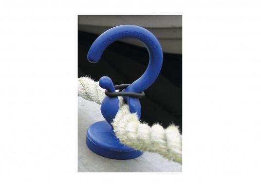 Kleiner Helfer: Magnetischer Tauhalter für Tauwerk- Ø 10-18 mm. Kann an allen Metallteilen befestigt werden und hält das Tau so über dem Wasser. (Bild 2 von 4)