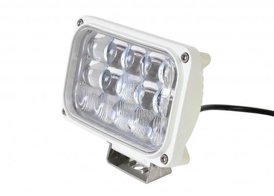 Dieser äußerst robuste, langlebige 45 W LED Deckscheinwerfer besticht mit einer Lichtleistung von 4050 Lumen, Lichtfarbe: 4200 Kelvin.