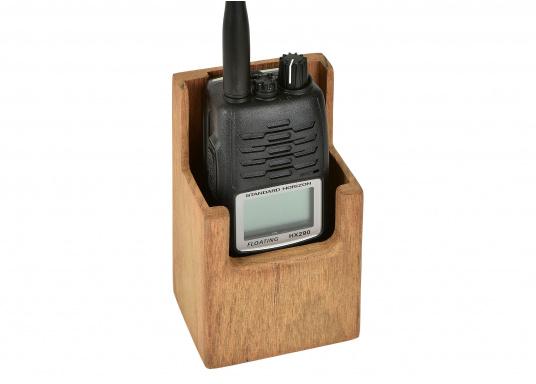 Ihr Funkgerät ist in diesem formschönen Halter aus Teak gut aufgehoben. Abmessungen: 8,2 x 6,3 x 13,5 cm (außen) / 7,3 x 4,3 x 13,2 cm (innen).