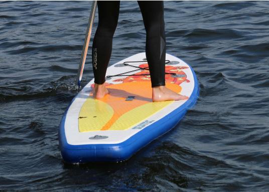 Einsteigerboard mit sehr gutem Preis-Leistungsverhältnis. Maße: 300 x 75 x 10 cm. Gewicht ca. 9 kg, Tragkraft ca. 95 kg, Auftrieb: ca. 135 l. Druck ca. 0,8 bar.  (Bild 5 von 15)