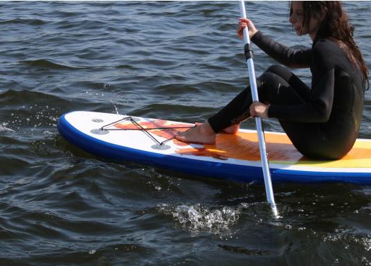 Einsteigerboard mit sehr gutem Preis-Leistungsverhältnis. Maße: 300 x 75 x 10 cm. Gewicht ca. 9 kg, Tragkraft ca. 95 kg, Auftrieb: ca. 135 l. Druck ca. 0,8 bar.  (Bild 3 von 15)
