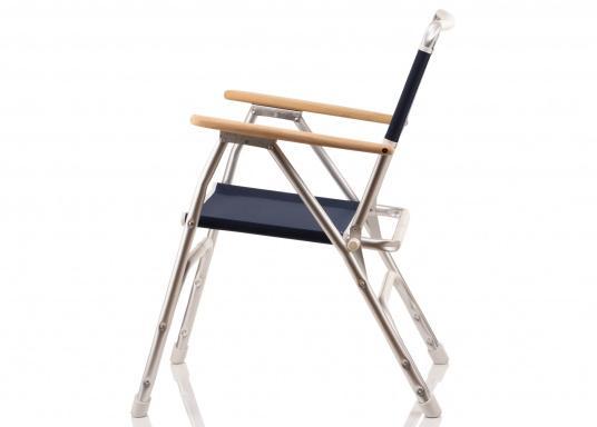 Stabil, korrosionsfest, praktisch zusammenklappbar und natürlich mit hohem Sitzkomfort! Decksstuhl aus solidem, seewasserbeständigem Alurohr mit Armlehnen aus Holz. (Bild 2 von 6)