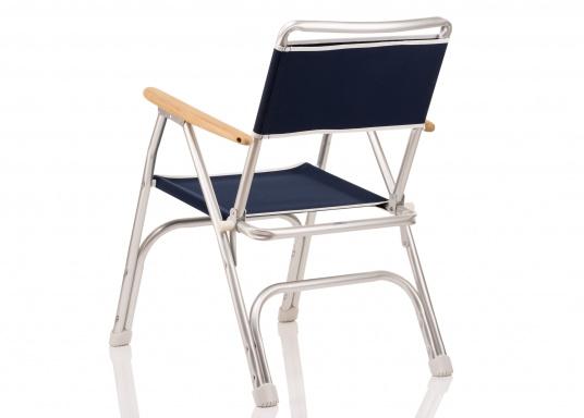 Stabil, korrosionsfest, praktisch zusammenklappbar und natürlich mit hohem Sitzkomfort! Decksstuhl aus solidem, seewasserbeständigem Alurohr mit Armlehnen aus Holz. (Bild 4 von 6)