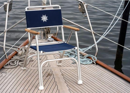 Stabil, korrosionsfest, praktisch zusammenklappbar und natürlich mit hohem Sitzkomfort! Decksstuhl aus solidem, seewasserbeständigem Alurohr mit Armlehnen aus Holz. (Bild 3 von 6)