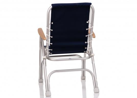 Chaise pliante très confortable et résistante à la corrosion. Cadre en aluminium résistant à l'eau de mer (ALMG 1,5 Mn) avec une garniture 100% coton et des accoudoirs en bois.  (Image 2 de 5)