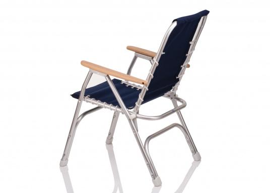 Chaise pliante très confortable et résistante à la corrosion. Cadre en aluminium résistant à l'eau de mer (ALMG 1,5 Mn) avec une garniture 100% coton et des accoudoirs en bois.  (Image 3 de 5)