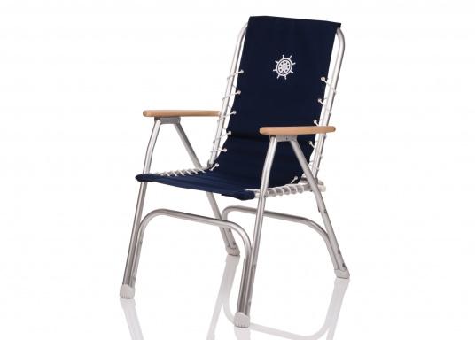 Chaise pliante très confortable et résistante à la corrosion. Cadre en aluminium résistant à l'eau de mer (ALMG 1,5 Mn) avec une garniture 100% coton et des accoudoirs en bois.