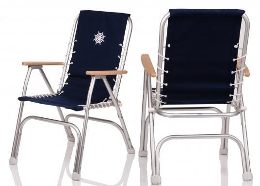 Chaise pliante très confortable et résistante à la corrosion. Cadre en aluminium résistant à l'eau de mer (ALMG 1,5 Mn) avec une garniture 100% coton et des accoudoirs en bois.  (Image 5 de 5)